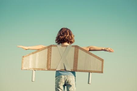 niño-jugando-al-avión
