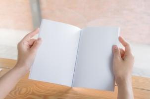 manos-libreta-blanco_1232-91